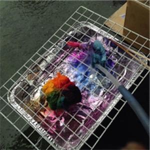 染料を水で洗い流します タイダイ染め