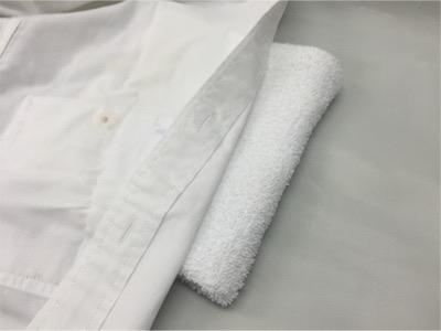 裏にタオルなどを当てます