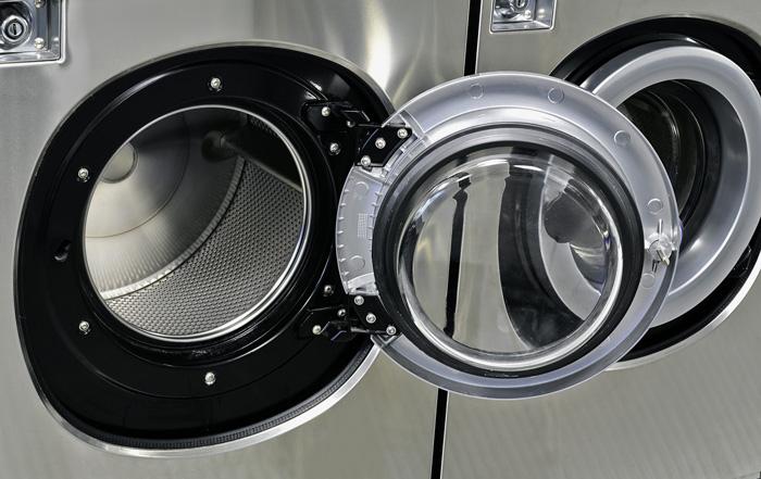 洗濯機と乾燥機との出入れ不要な最新型の明るいコインランドリー