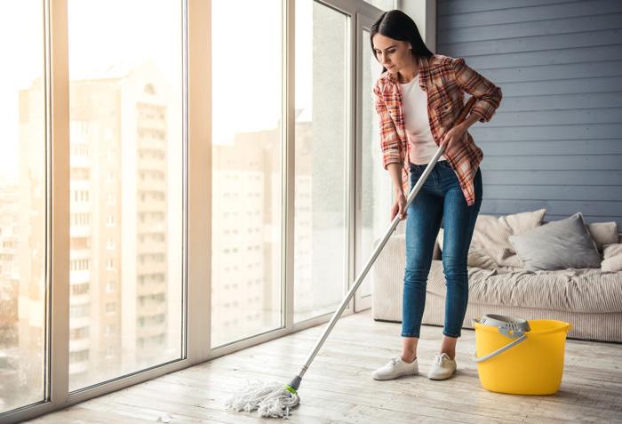 朝起きたら床掃除!室内での症状を抑える効果的な花粉症対策