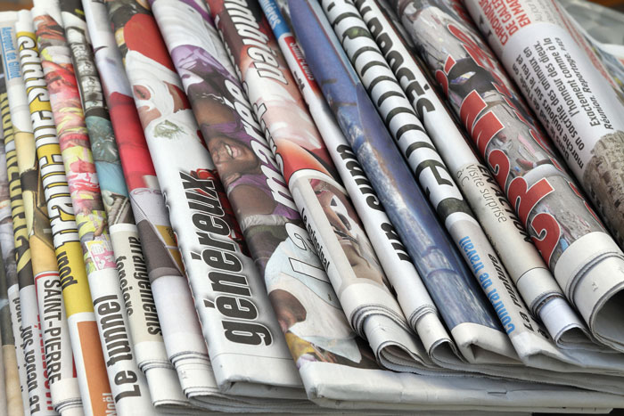 濡らした新聞紙を玄関に敷くなど、簡単にできる花粉症対策