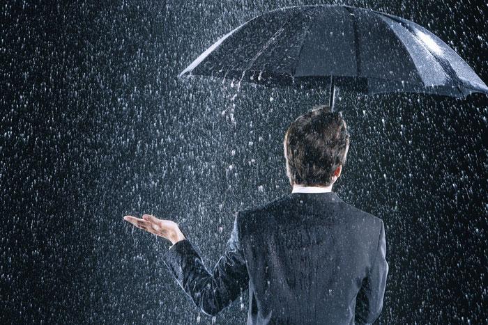 突然の雨、びしょ濡れになったスーツはどうする?