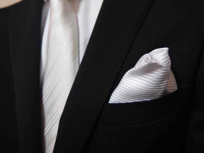 朝昼と昼夜で挿してはいけない素材のポケットチーフ(公式礼装)