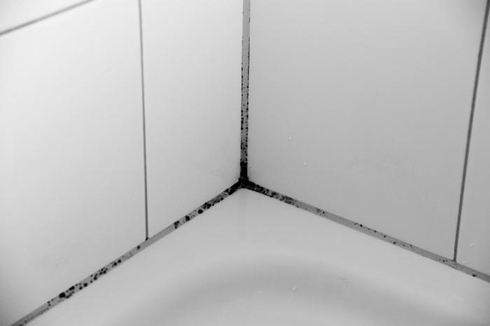 お風呂のカビ退治は、50℃のお湯を5秒以上かけて死滅させ、残った黒い色素を漂白する