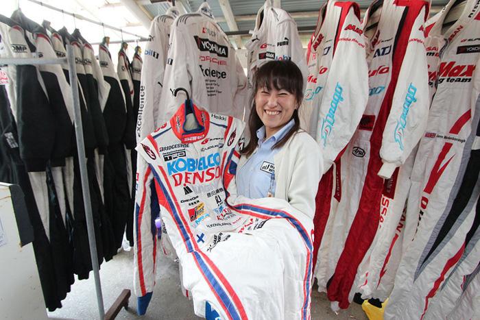元F1レーサーのスーツを洗う女性職人のレーシングスーツクリーニング!
