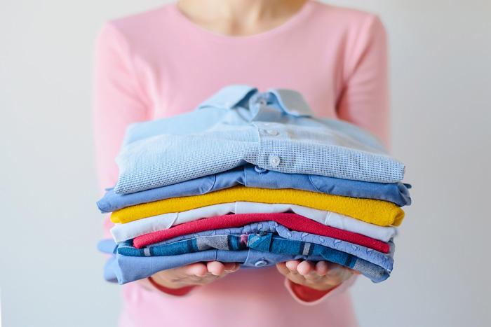 洋服をしまう前にクリーニングする理由は ドライクリーニングと水洗いの特性