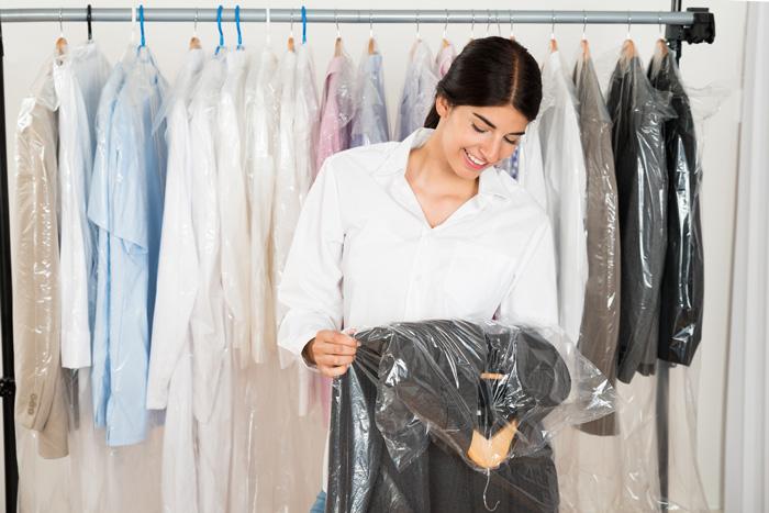 クリーニングから帰ってきたカバーをかけたまま保管はNG 気をつけたい洋服の変色