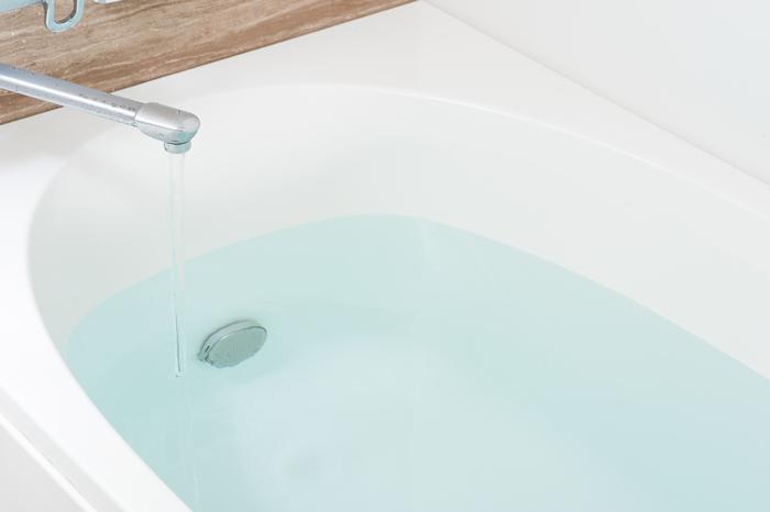 目に見えないタンパク質汚れを取り除く風呂の中でつけ置き洗濯