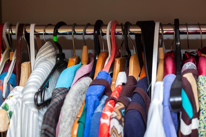 クローゼットから服を出す季節に気をつけたい秋のカビ対策